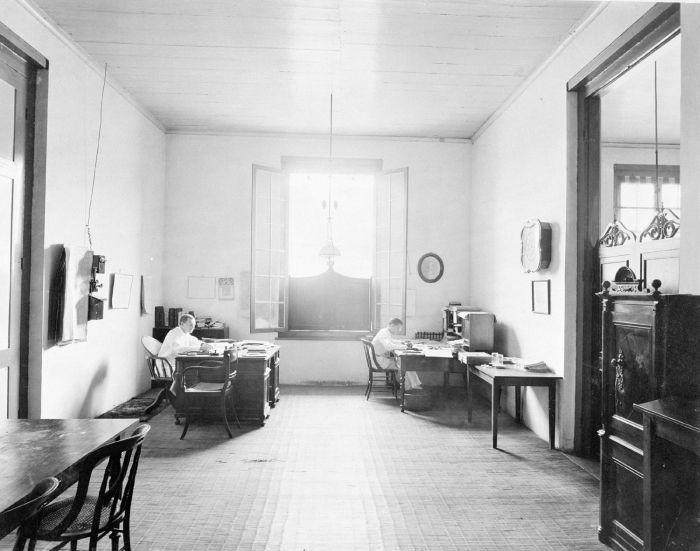 File collectie tropenmuseum het interieur van het bureau