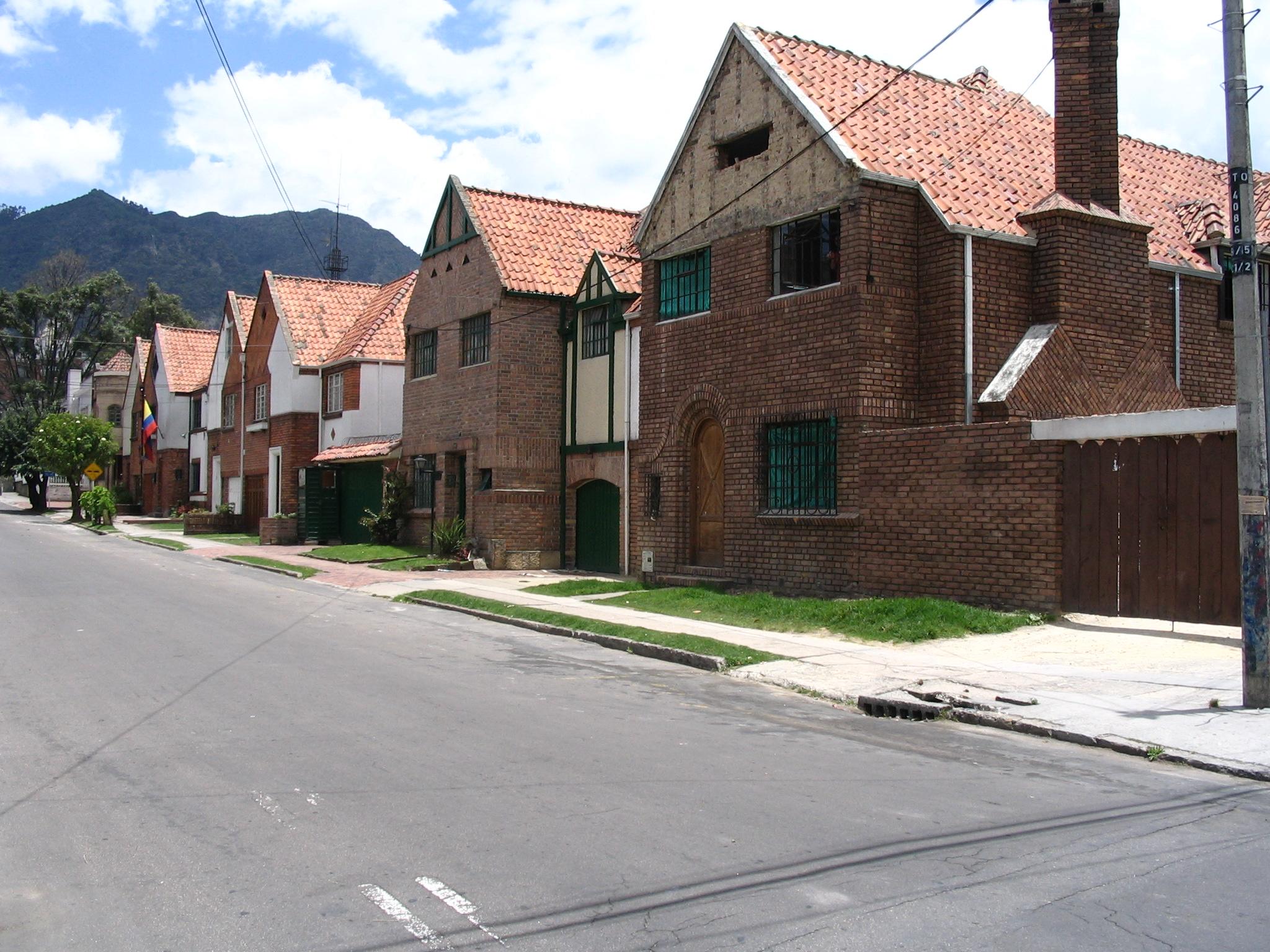 File chapinero casas jpg wikimedia commons - Casas con fachadas de piedra ...