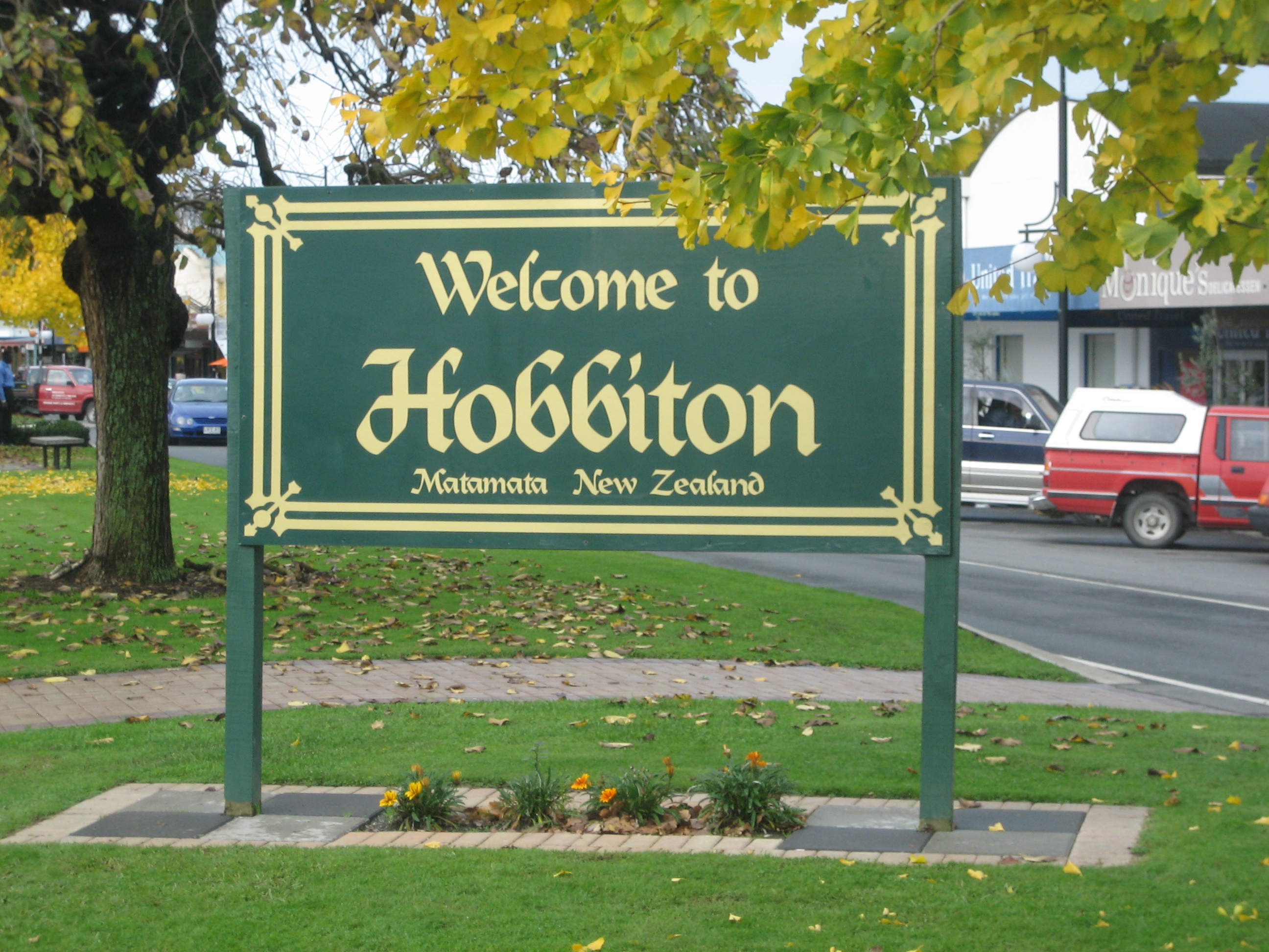 [Image: EN-Hobbiton-Matamata-NZ-Attribution-Share-Alike25.jpg]