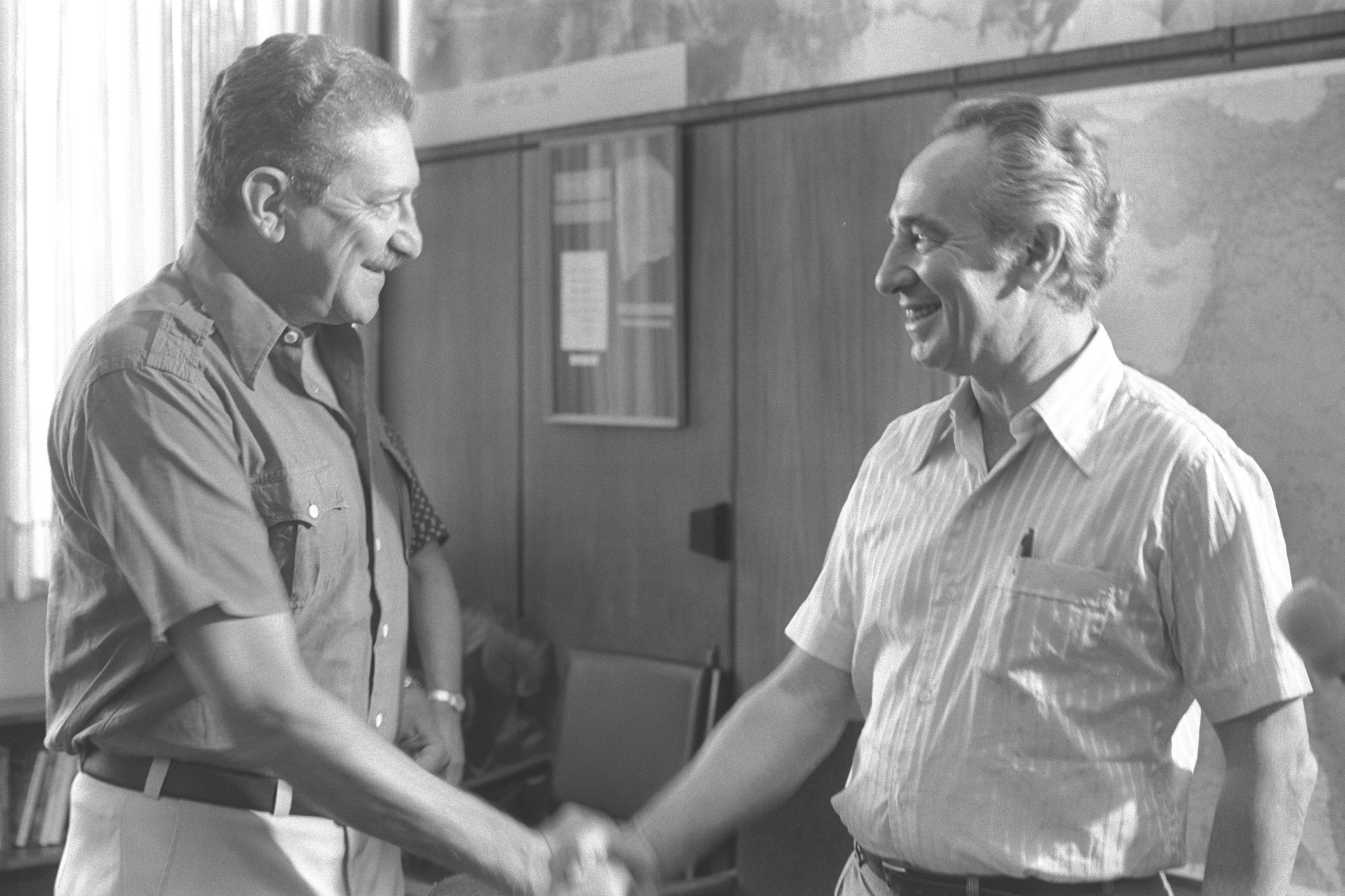שמעון פרס ועזר וייצמן בחילוף תפקידים