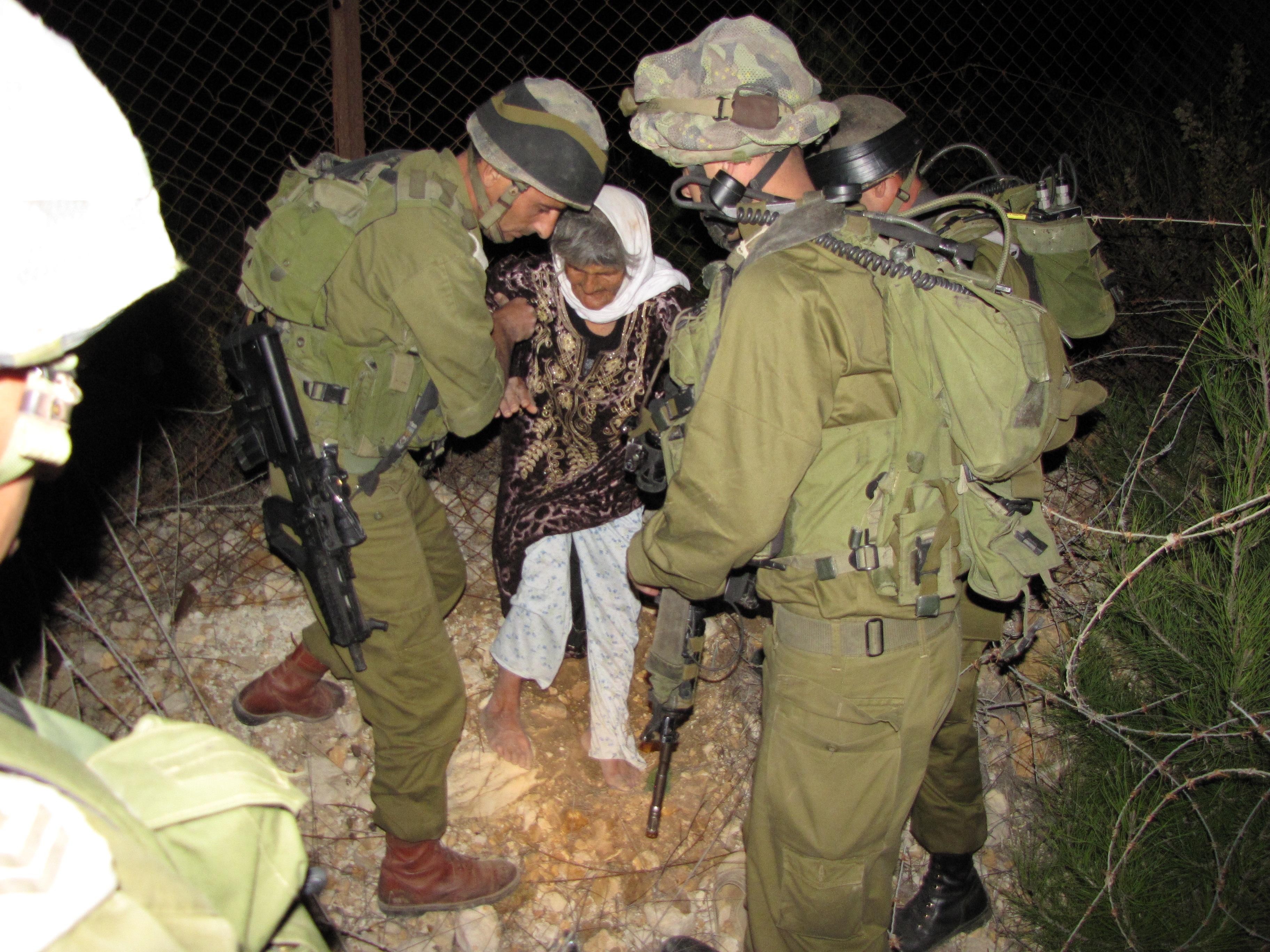 كتيبه كراكال الاسرائيليه .....Caracal Battalion  Flickr_-_Israel_Defense_Forces_-_IDF_Soldiers_Rescue_Lebanese_Woman_(1)