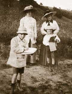 Елена Ивановна Рерих (справа) с сыновьями