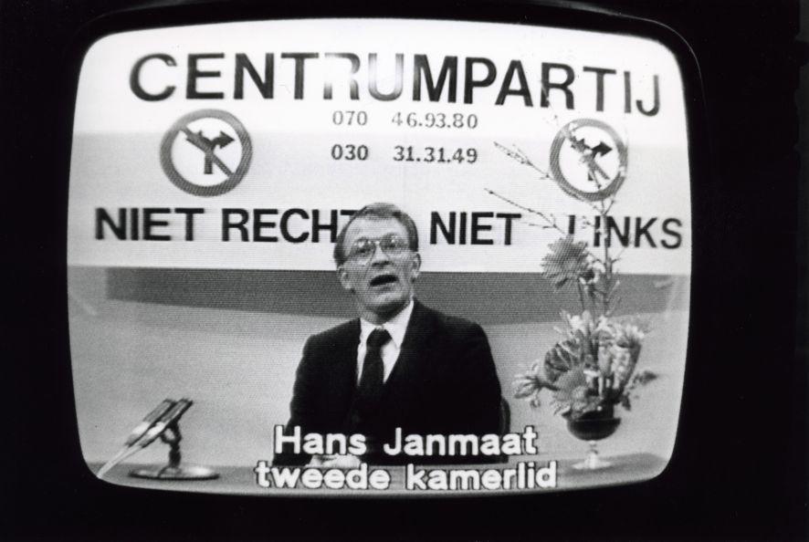 Hans_Janmaat%2C_fractievoorzitter_van_de_centrumpartij%2C_tijdens_een_televisie-uitzending_in_de_zendtijd_voor_politieke_part_-_SFA002005216.jpg