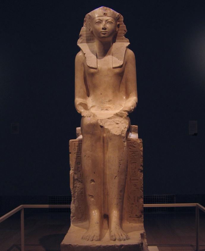 Escultura de Hatshepsut, encontrada en Deir el-Bahri. Museo de Arte Metropolitano, Nueva York. Imagen de Wikimedia Commons.