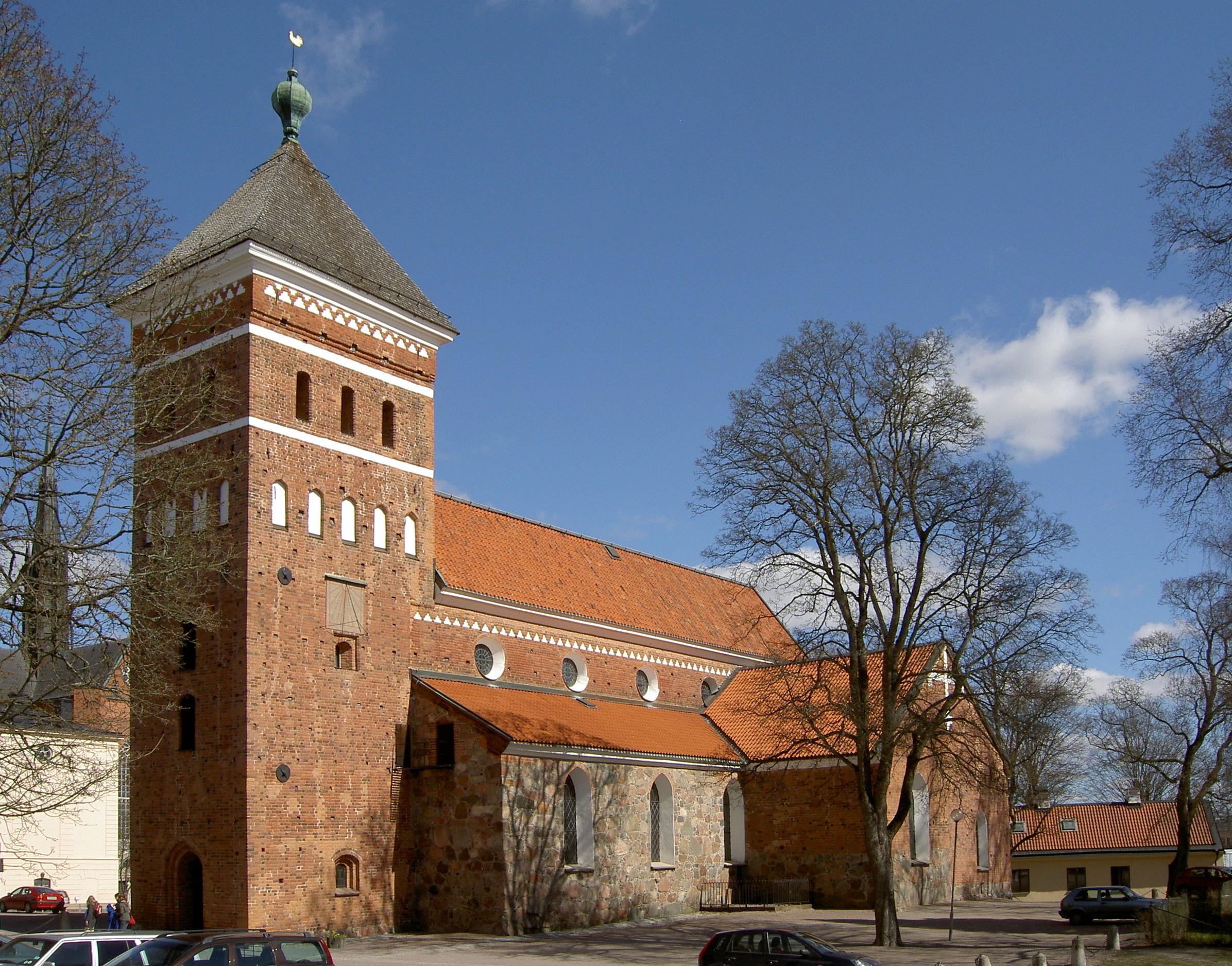 Die Dreifaltigkeitskirche heute im Hintergrund links ein Teil der Domkirche