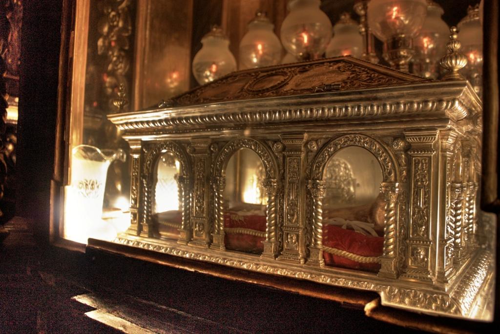 Relicario de San Juan de la Cruz en Úbeda. Su cuerpo permanece incorrupto y perfectamente flexible.