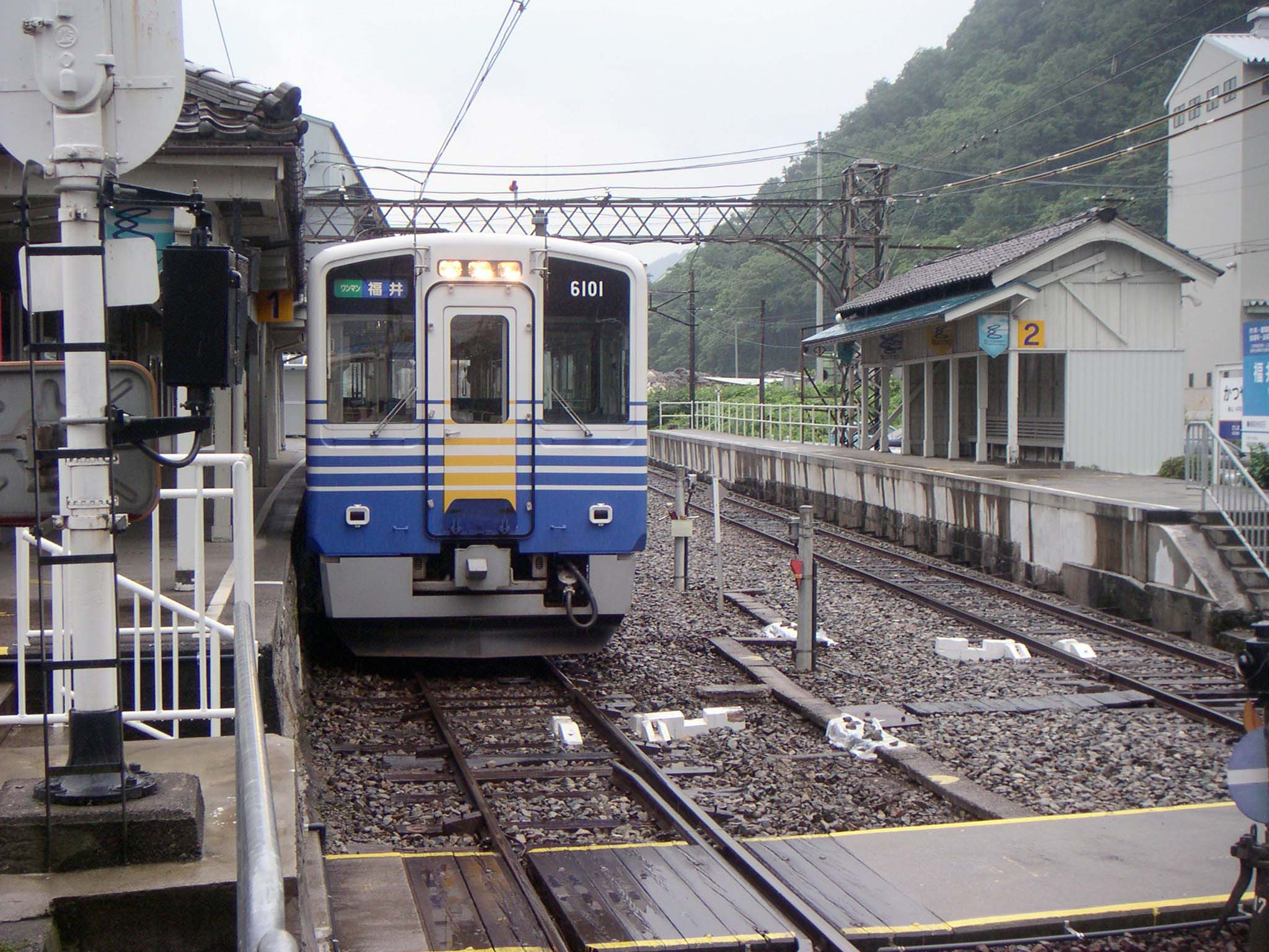 https://upload.wikimedia.org/wikipedia/commons/d/d6/Katsuyama_Station_platform_200507.jpg