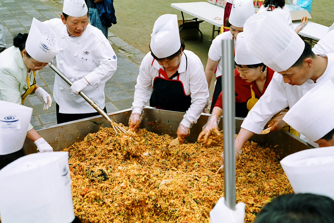 Jeonju-si South Korea  city photo : Korea Jeonju Bibimbap festival 01 Wikipedia