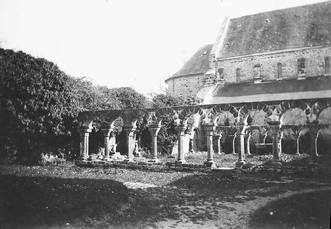 File:Le cloître de l'abbaye de Daoulas (photo de Paul Lancrenon).jpg