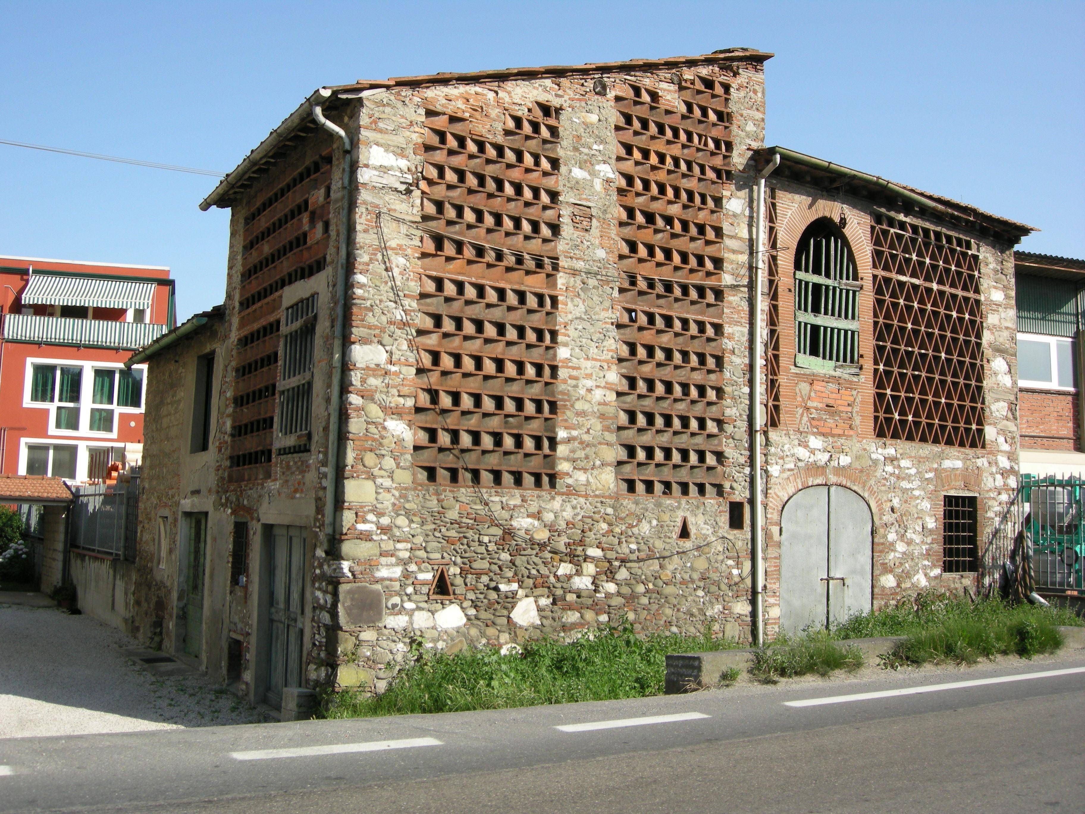 File lucca vecchio fienile jpg wikimedia commons for Fienile casa piani casa