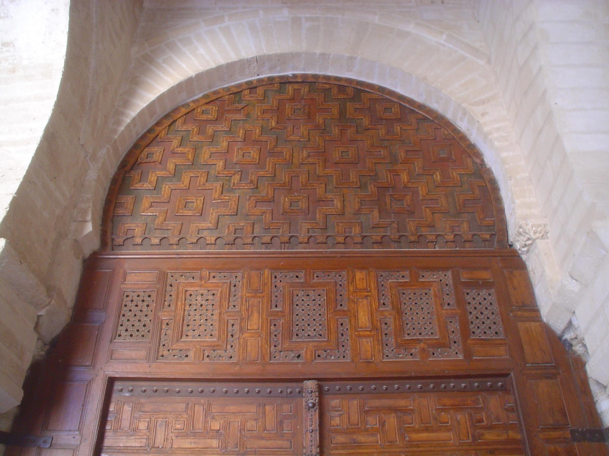 File partie sup rieure d 39 une porte en bois sculpt grande Fabrication d une porte en bois
