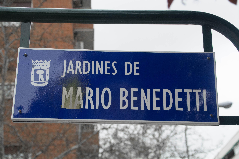 Señalización de los Jardines de Mario Benedetti, en Madrid, España.