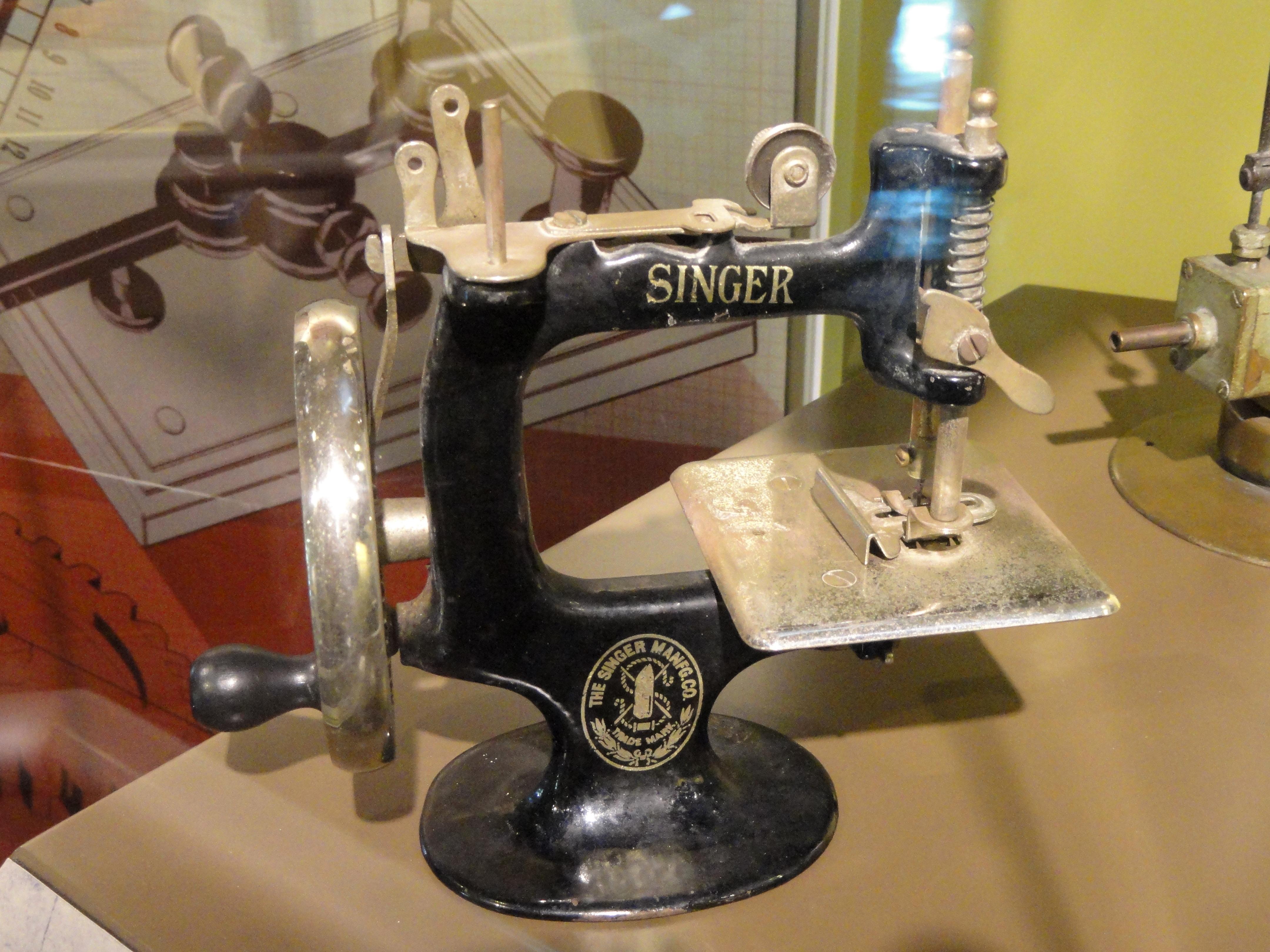 File:Singer Sewing Machine toy, Singer Manufacturing Co