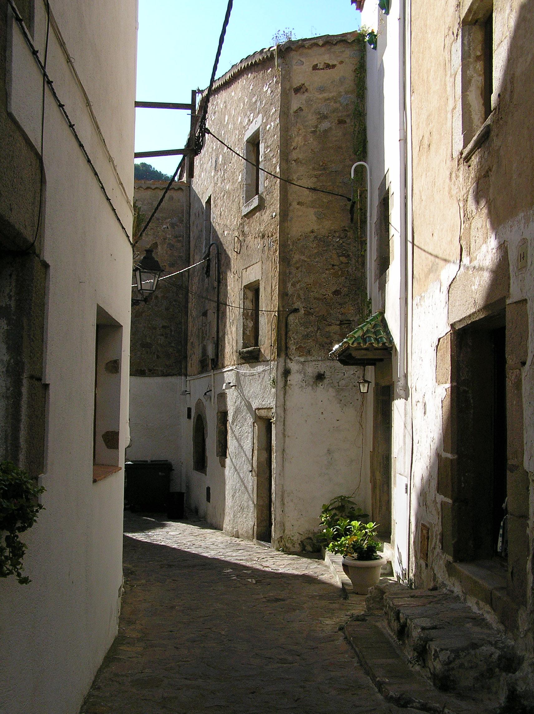 http://upload.wikimedia.org/wikipedia/commons/d/d6/Tossa%2C_carrer_del_Codolar.JPG