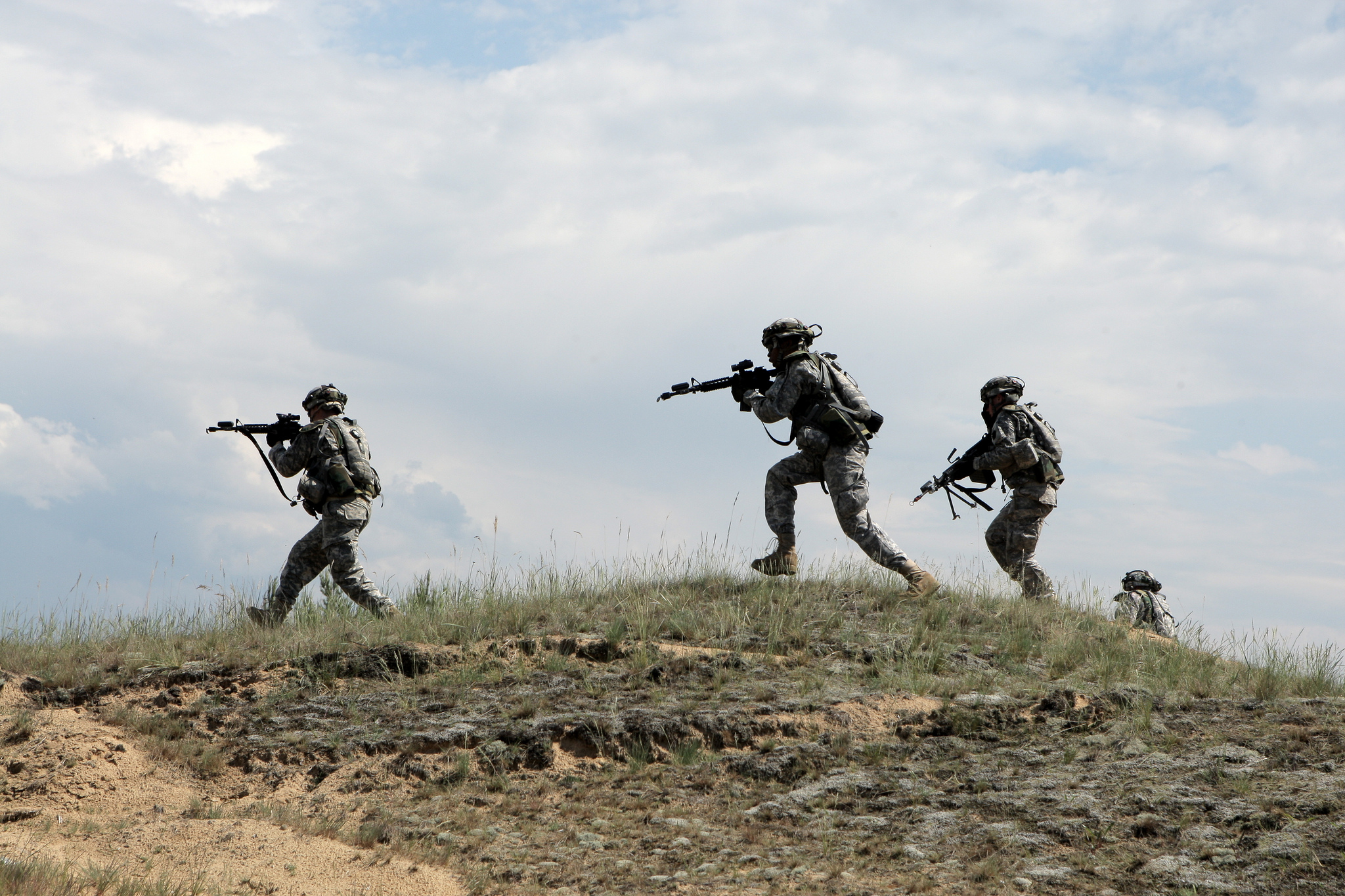 File:U.S. Soldiers with the Pennsylvania Army National Guard move ...