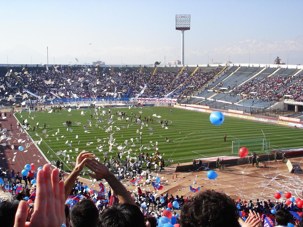 Archivo:Universidad de Chile en el Estadio Nacional.jpg - Wikipedia ...