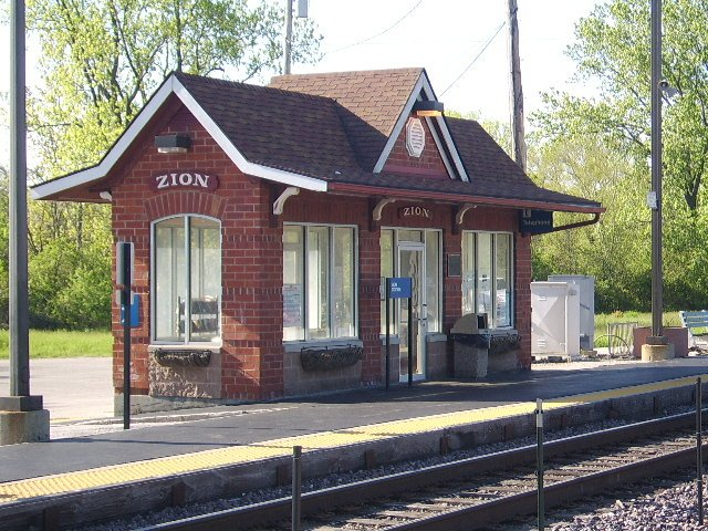 https://upload.wikimedia.org/wikipedia/commons/d/d6/Zion_Metra_Station.jpg