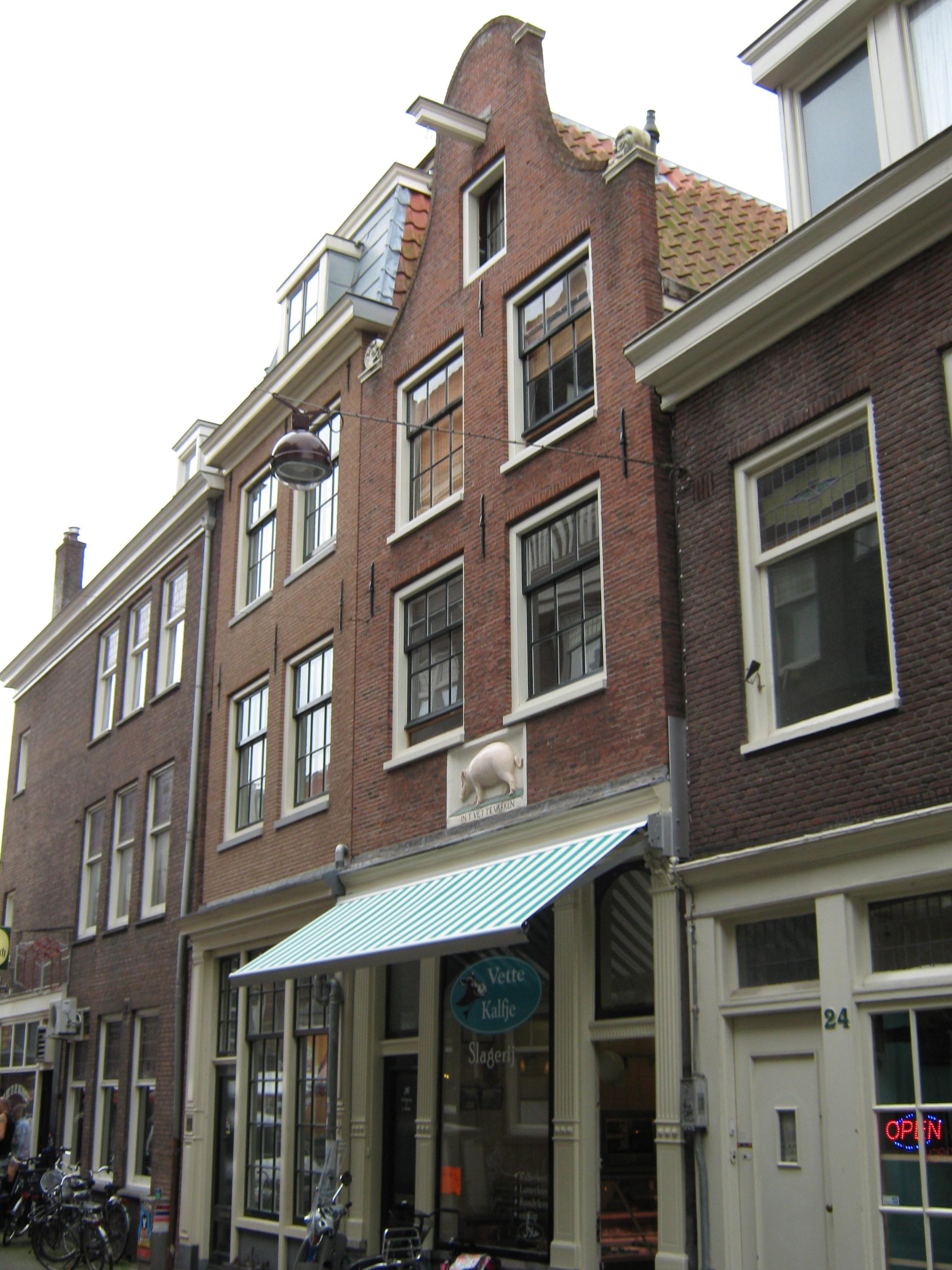 Huis met gevel onder rollagentop in amsterdam monument - Huis gevel ...