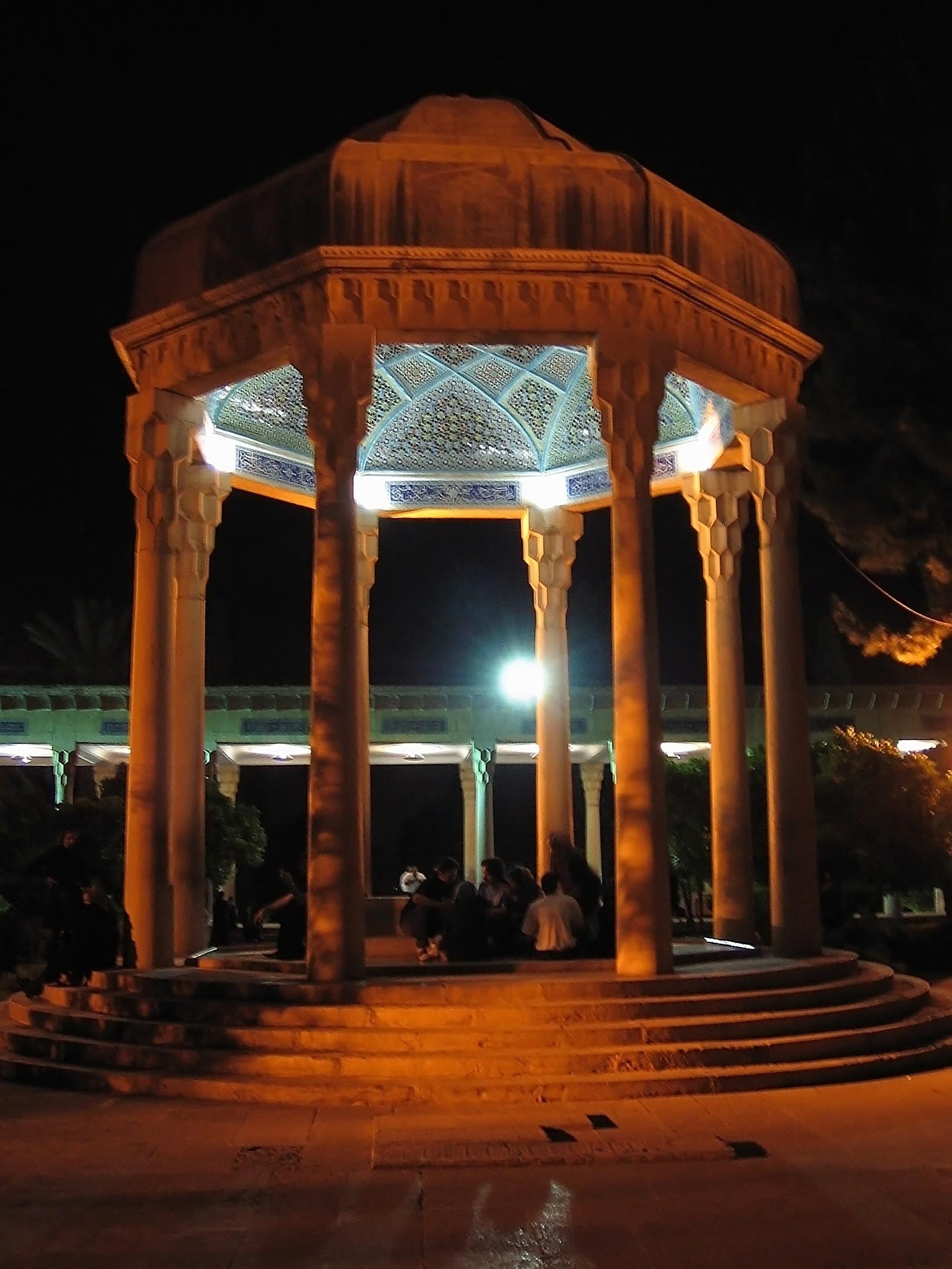 تصویر در شب از حافظیه در مجموعه ویکیپدیا