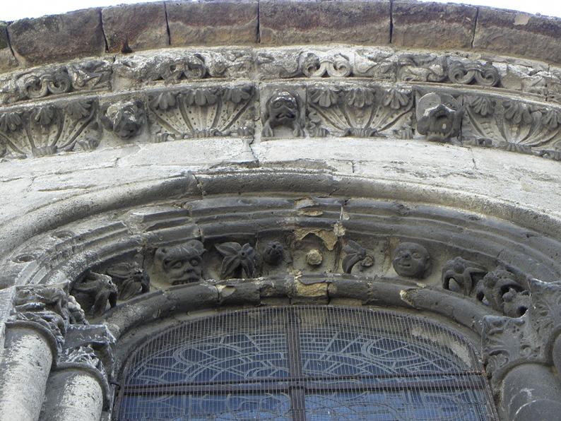 Fenêtre et corniche de l'abside de l'église Notre-dame de Bruyères-et-Montbérault (02).