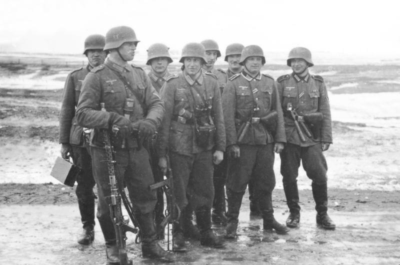 Bundesarchiv_Bild_101I-133-0703-02%2C_Polen%2C_Trupp_deutscher_Infanterie_im_Winter.jpg