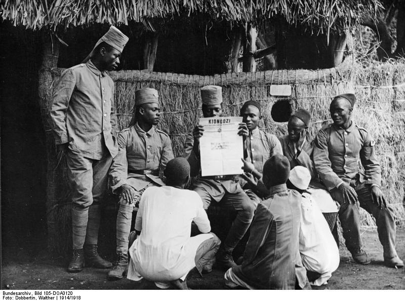 File:Bundesarchiv Bild 105-DOA3120, Deutsch-Ostafrika, Askari bei der Zeitungslektüre.jpg