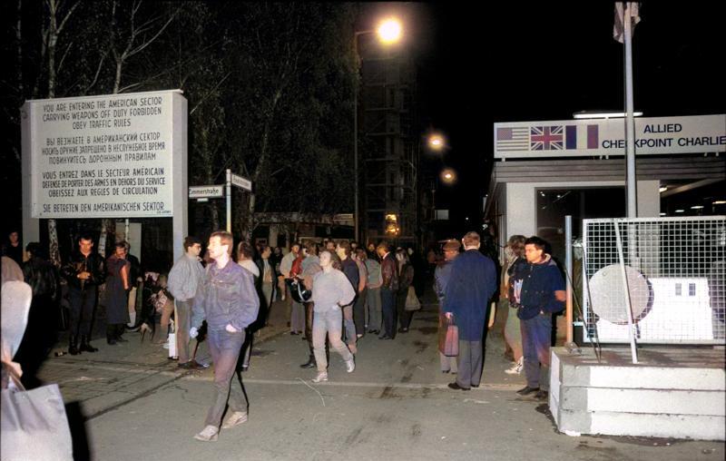File:Bundesarchiv Bild 183-1989-1110-018, Berlin, Checkpoint Charlie, Nacht des Mauerfalls.jpg