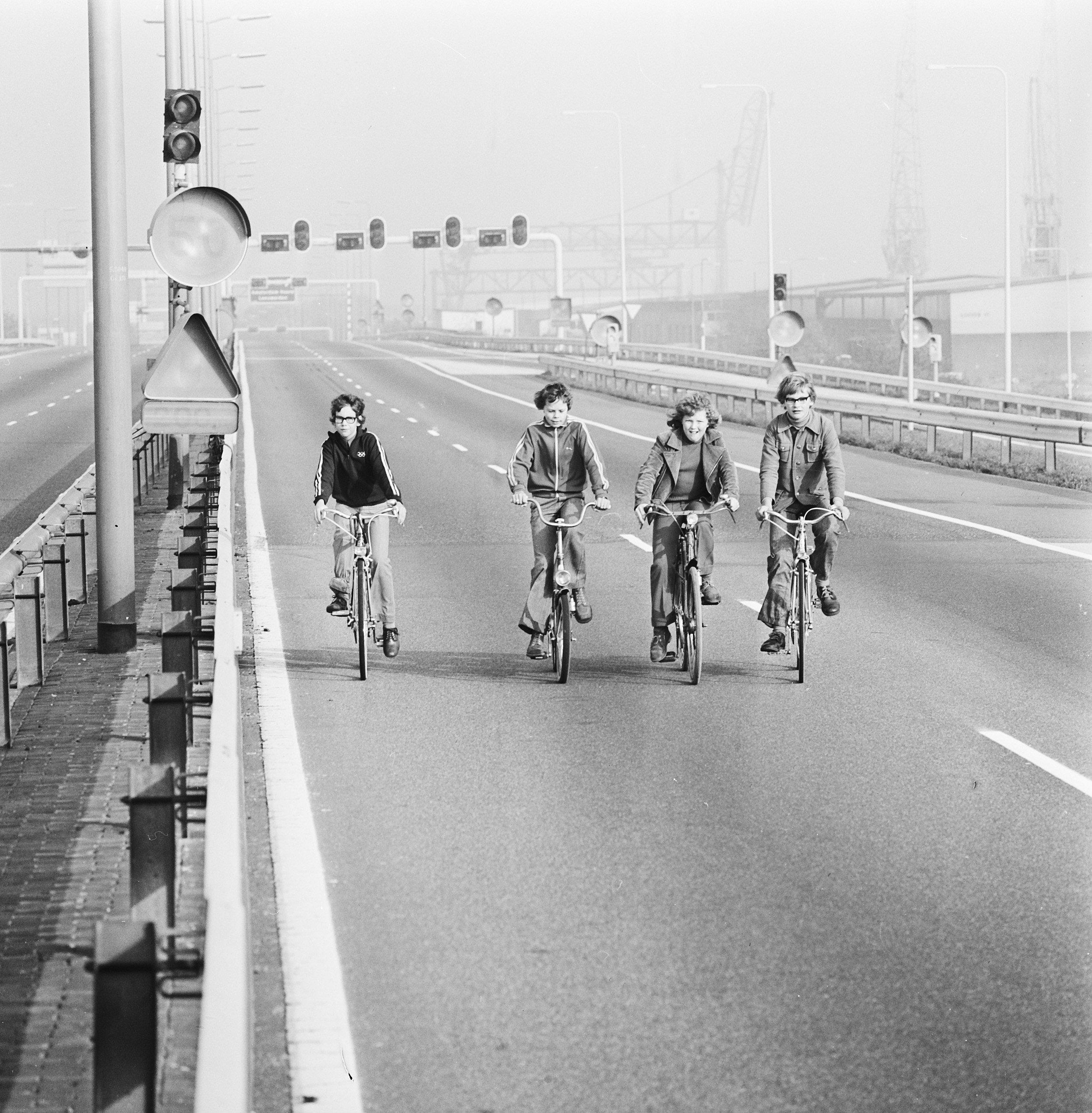 File:Fietsers op de autosnelweg, Bestanddeelnr 926-8019.jpg - Wikimedia  Commons