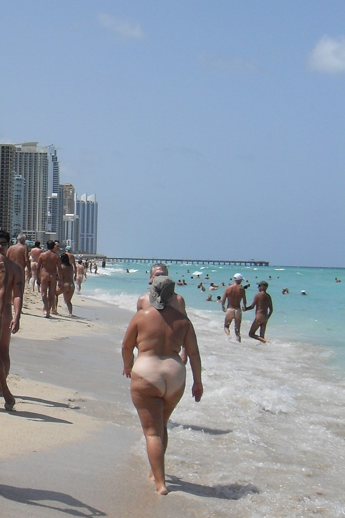 Description Haulover-beach-nude-bathers.JPG
