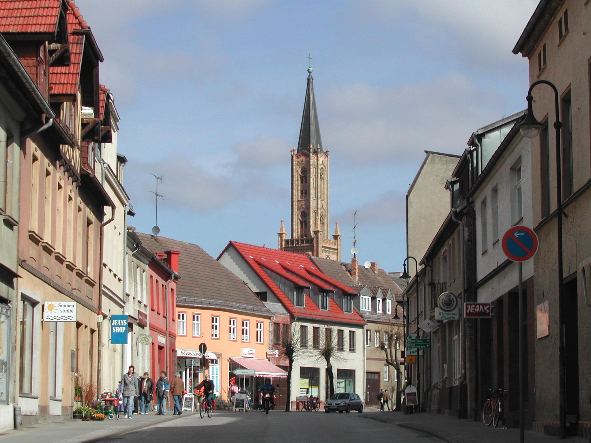 Die Brandenburger Straße mit Kirchturm