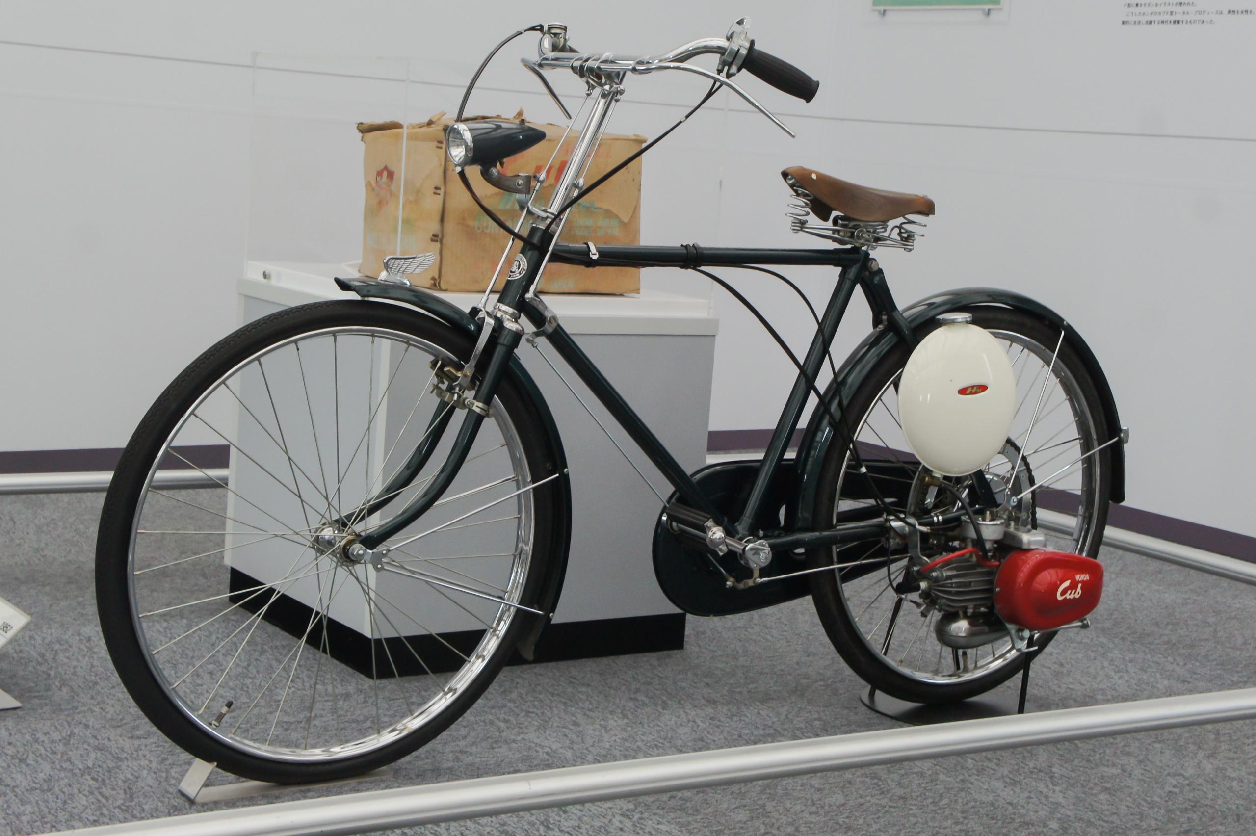 Honda_Cub_F_with_bicycle_Honda_Collectio
