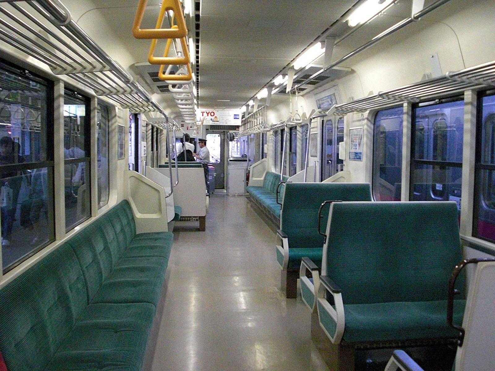 https://upload.wikimedia.org/wikipedia/commons/d/d7/JR-east-EMU-kuha700-inside%28modified%29.jpg