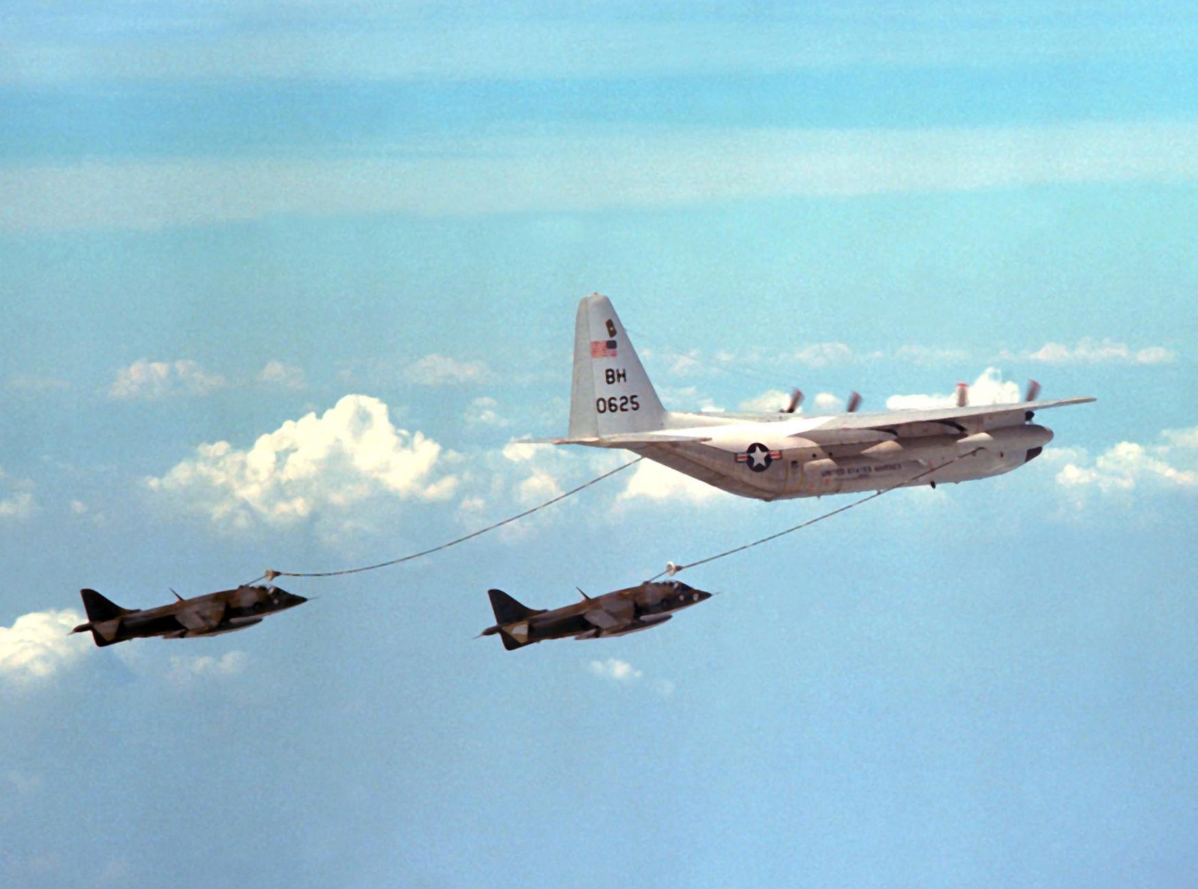 KC-130R_VMGR-252_refueling_Harriers_1978