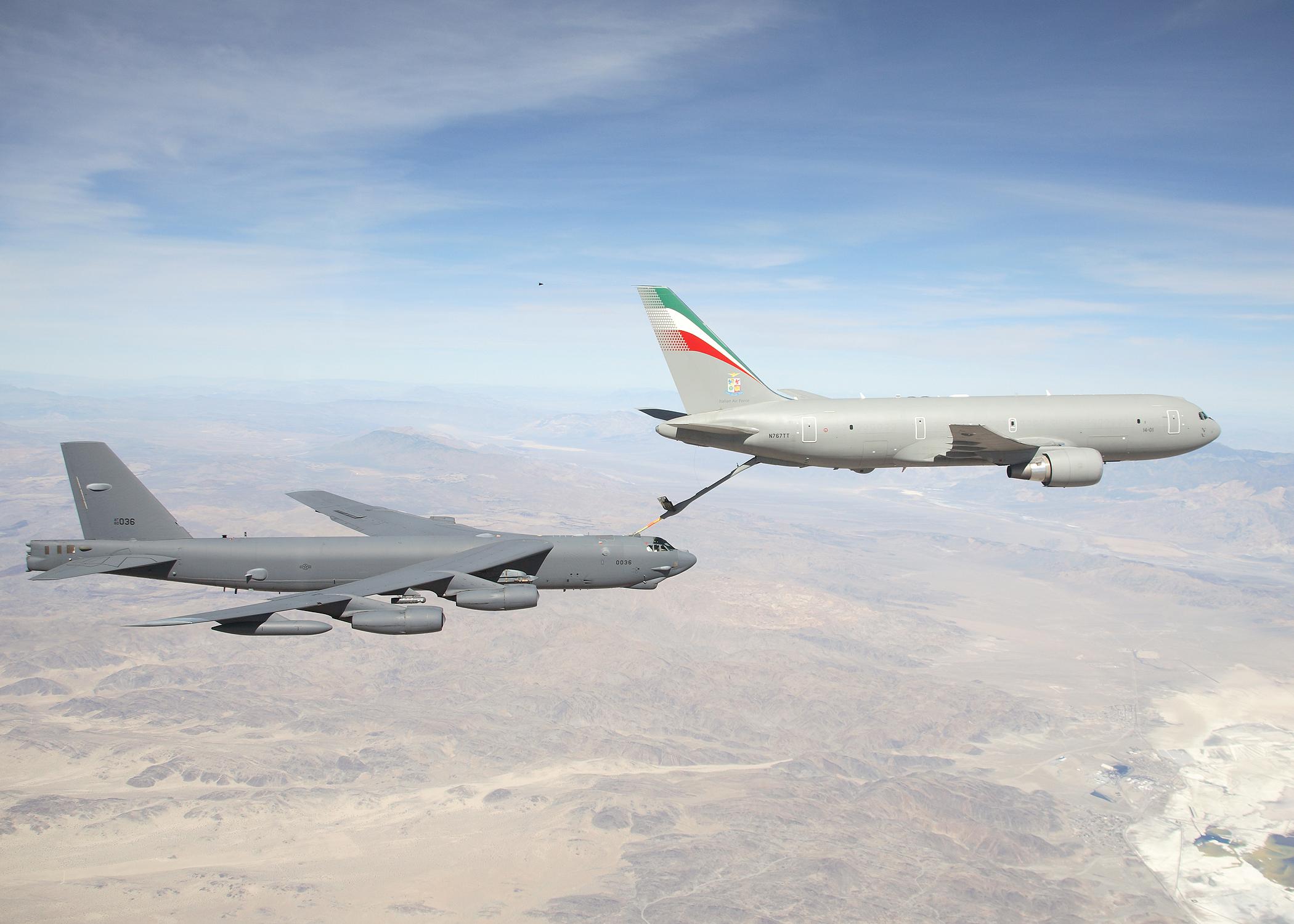 http://upload.wikimedia.org/wikipedia/commons/d/d7/KC-767_Aeronautica_Militare_refueling_B-52H_2007.jpg?uselang=ru