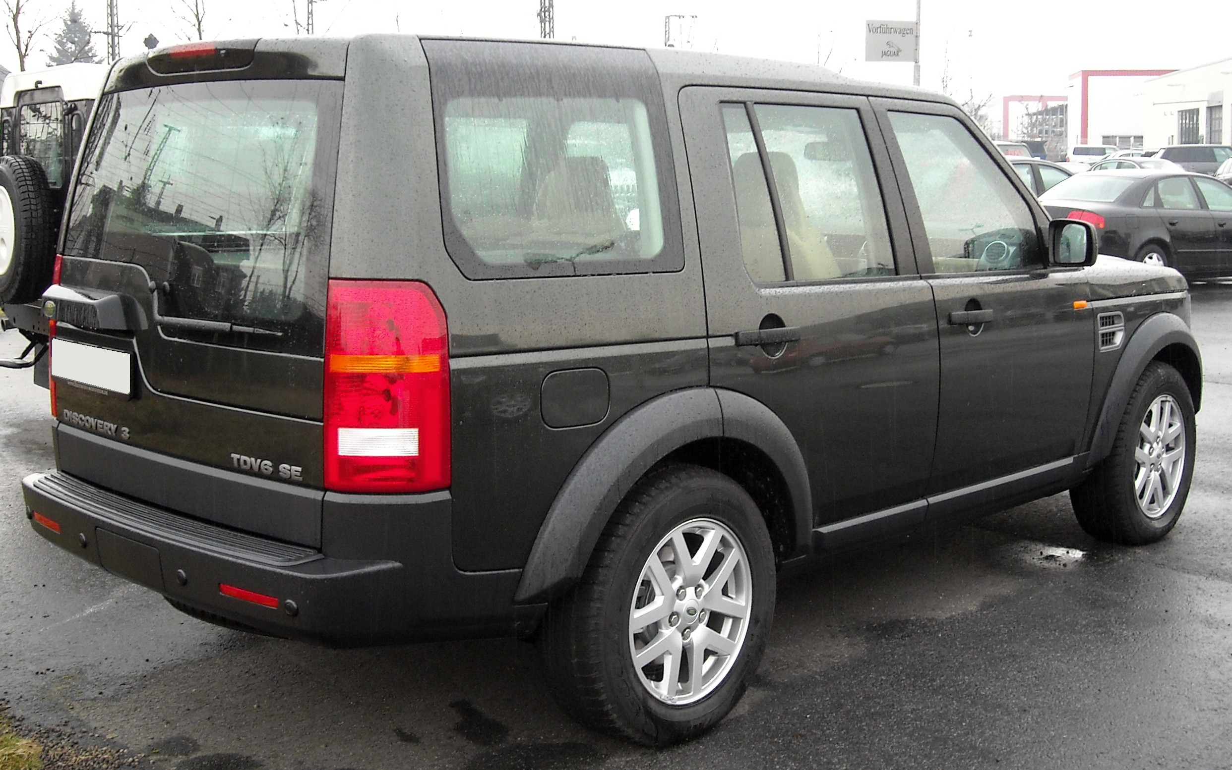 https://upload.wikimedia.org/wikipedia/commons/d/d7/Land_Rover_Discovery_3_rear_20090204.jpg