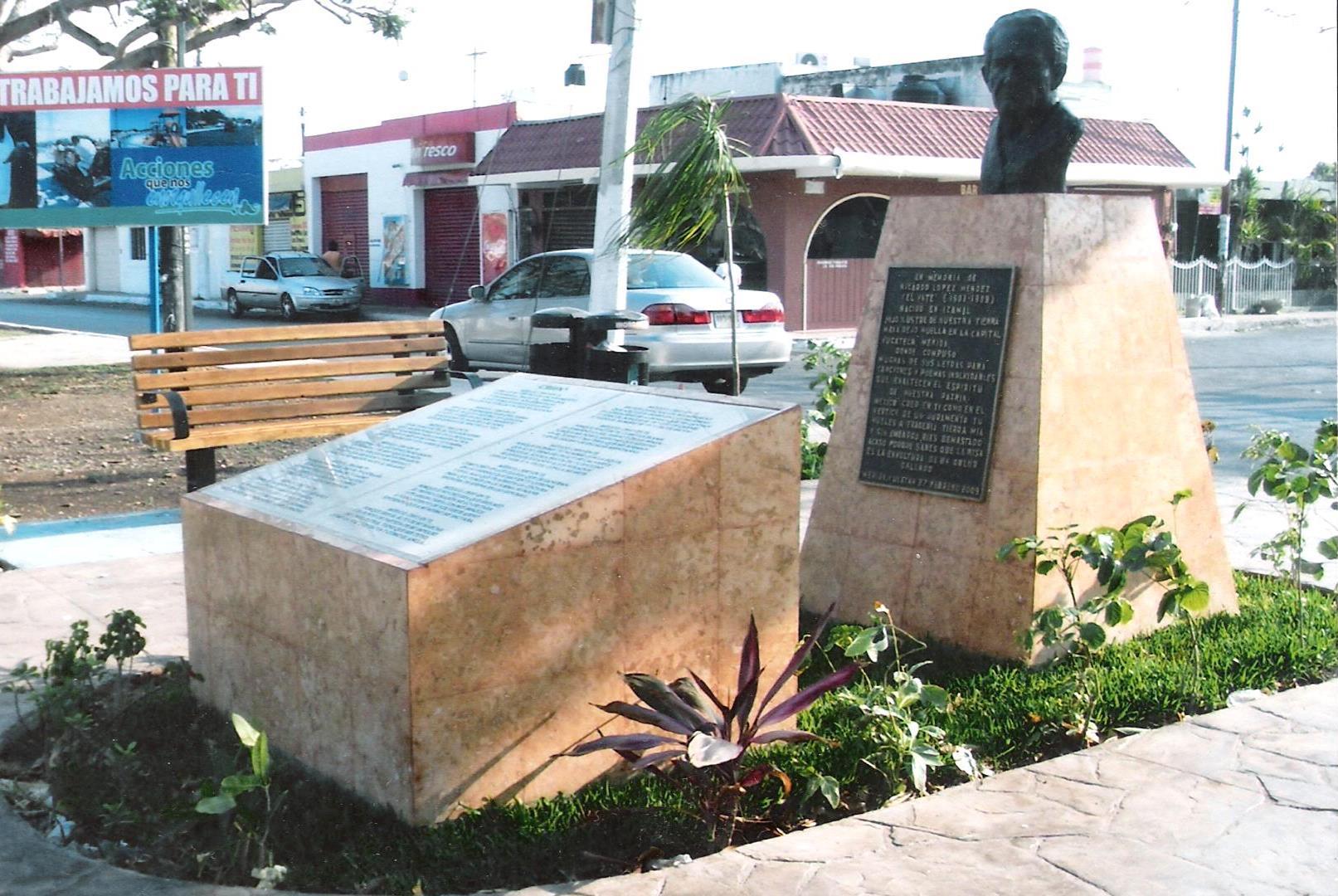 Monumento en honor del Vate López Méndez, en Cordemex, Mérida, Yucatán, México