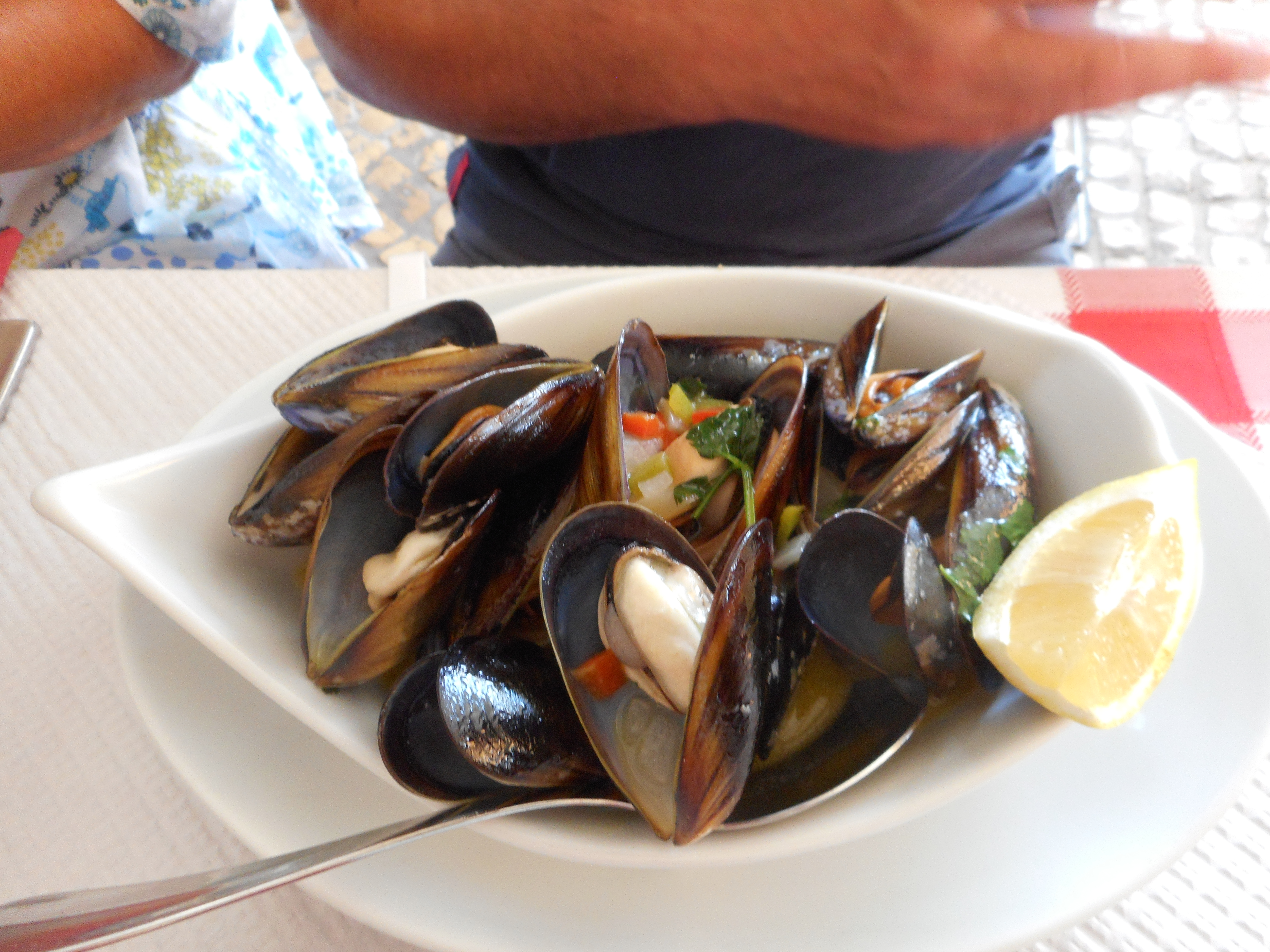 File:Mussels cooked in garlic and wine, Alvor 28 September ...