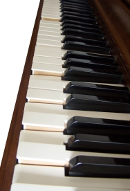 en : A player piano in action performing a pia...