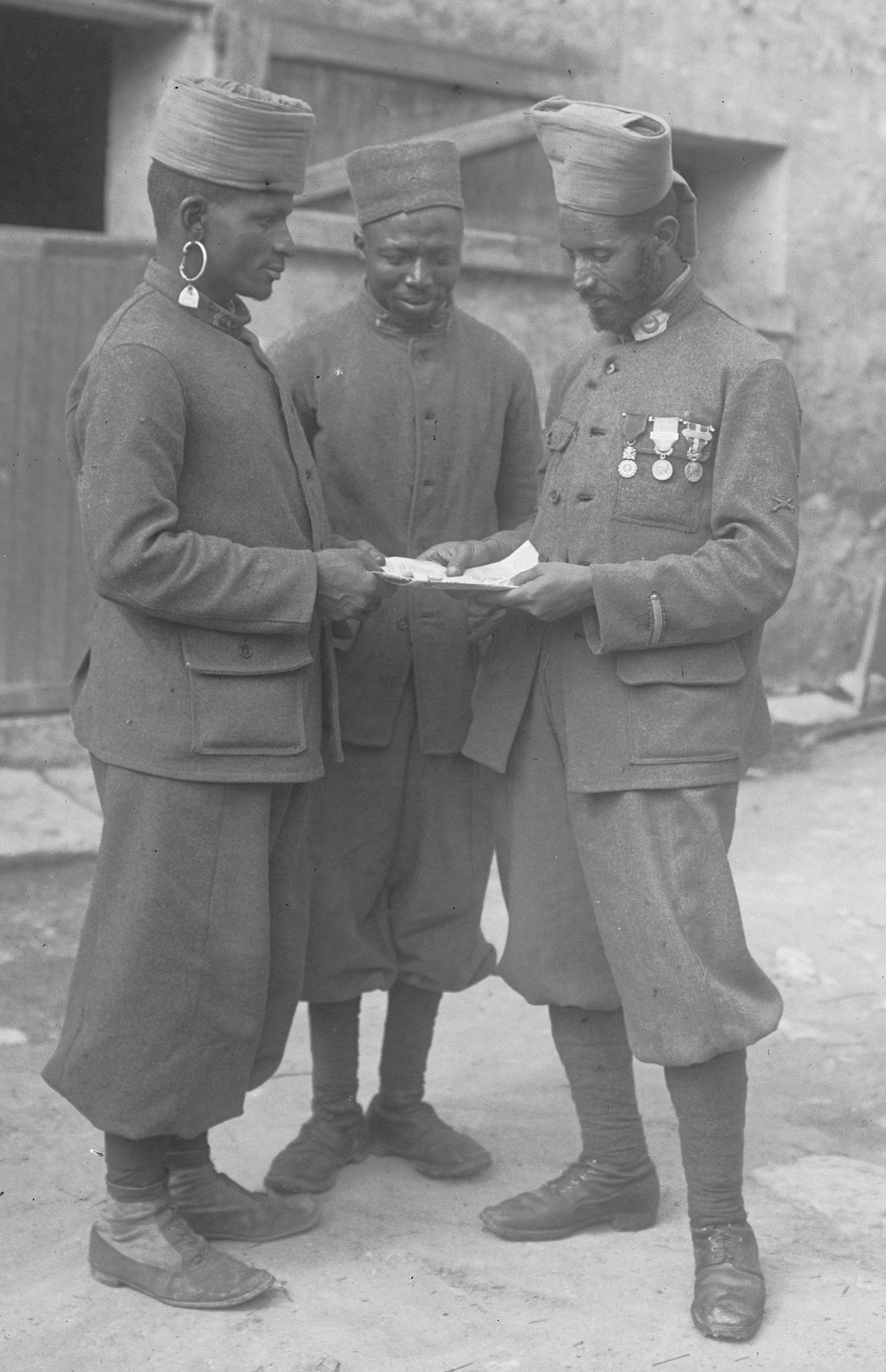 http://upload.wikimedia.org/wikipedia/commons/d/d7/Soldats_marocains_tenant_une_main_de_Fatma_1915.jpg