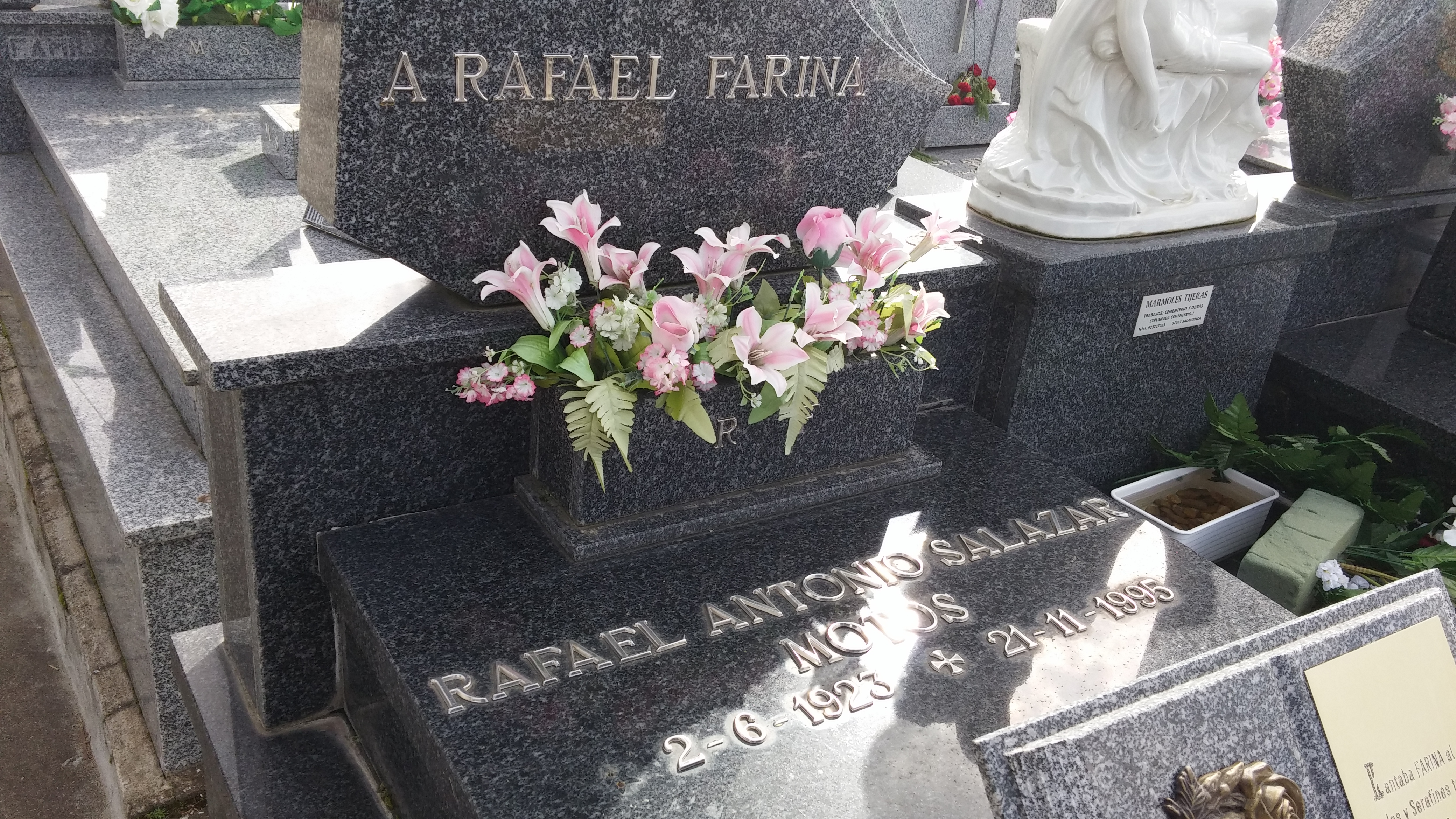 Tumba de Rafael Farina en el cementerio de Salamanca.