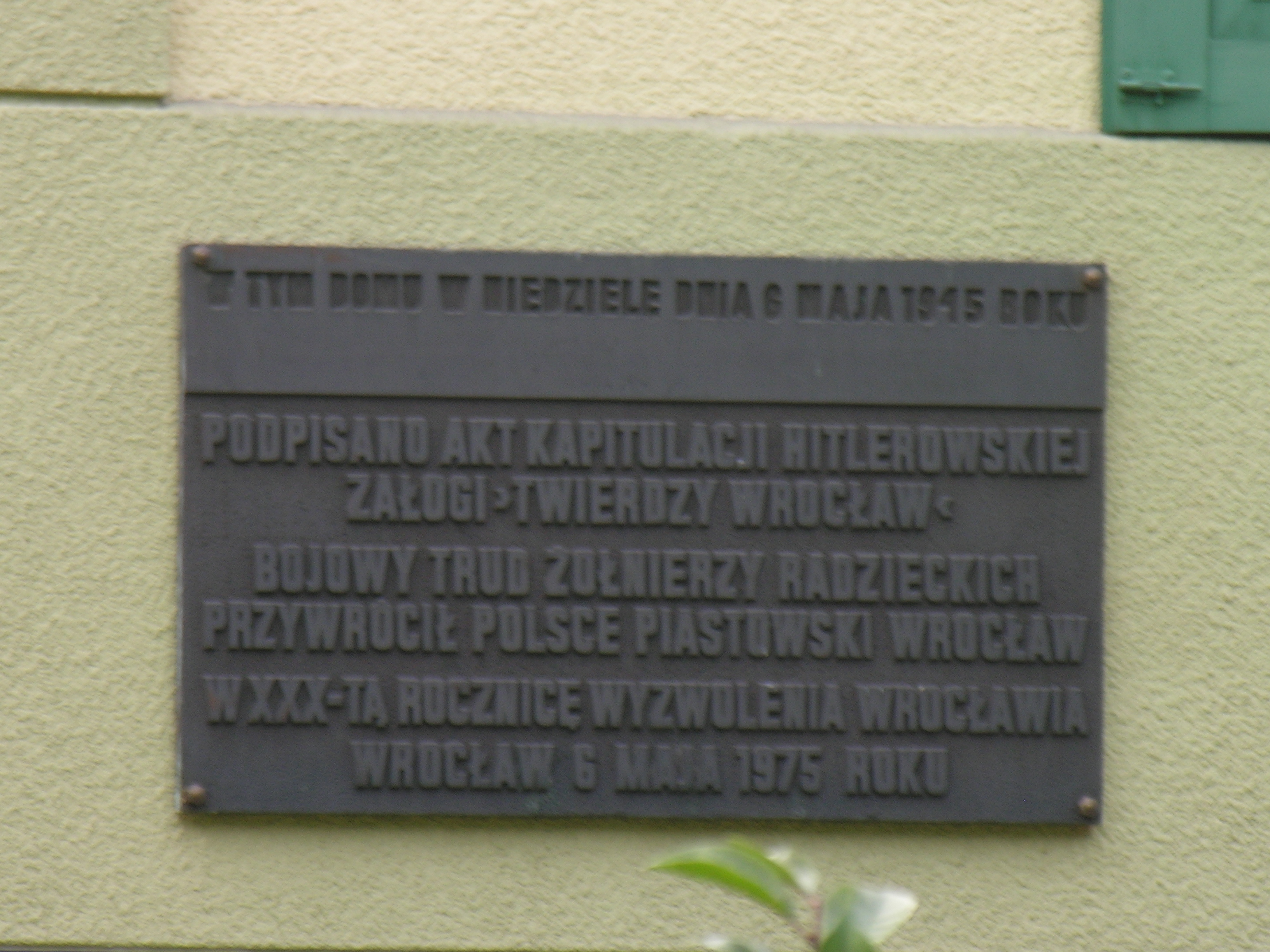 Die Gedenktafel zur Erinnerung an die Kapitulation an der Villa Colonia
