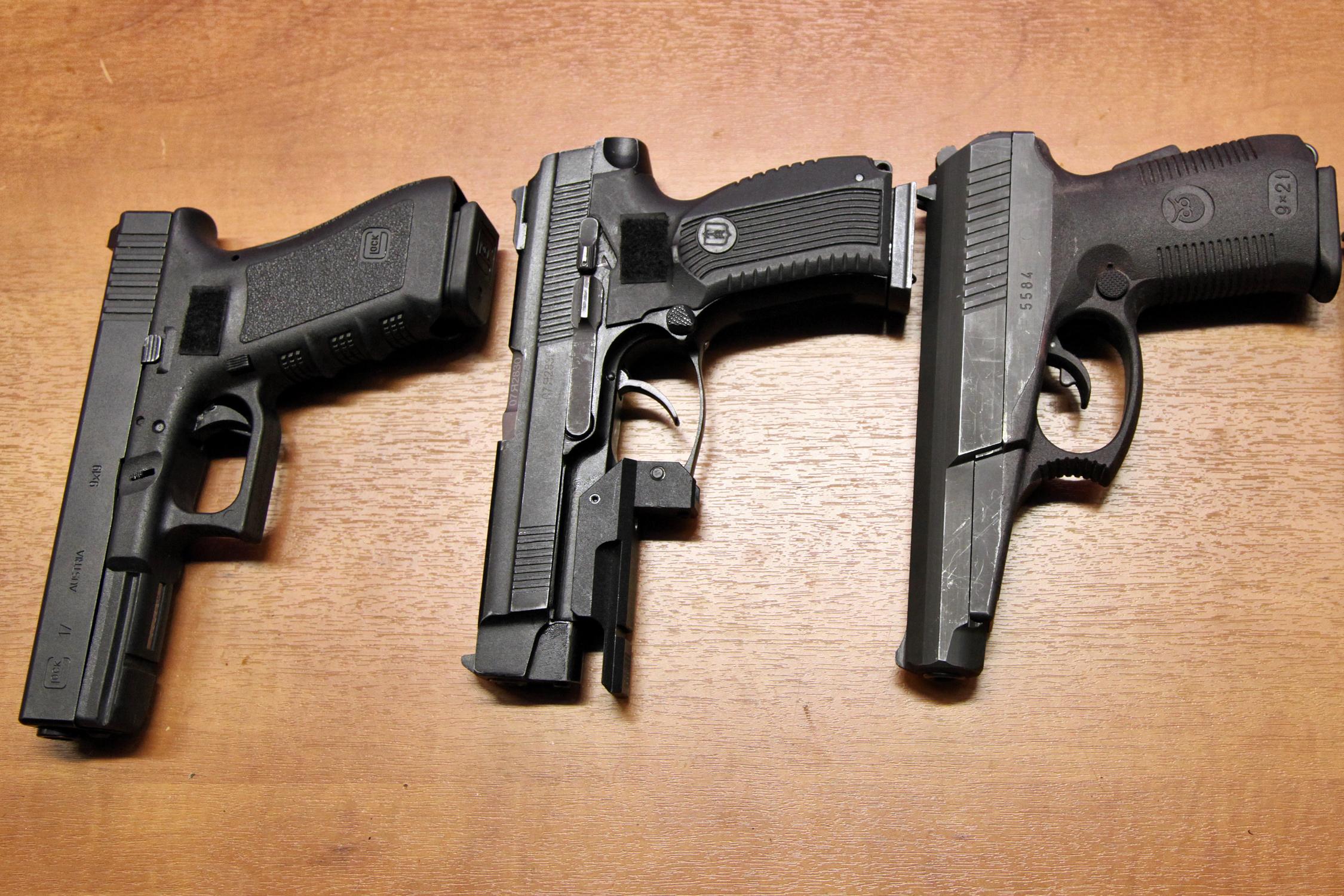 File:Пистолеты Glock 17, ПЯ и СР1М - Московского ОМОНа 01 ...