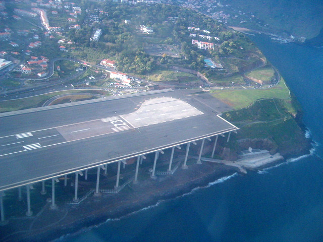 https://upload.wikimedia.org/wikipedia/commons/d/d8/Aeroporto_da_Madeira4.JPG