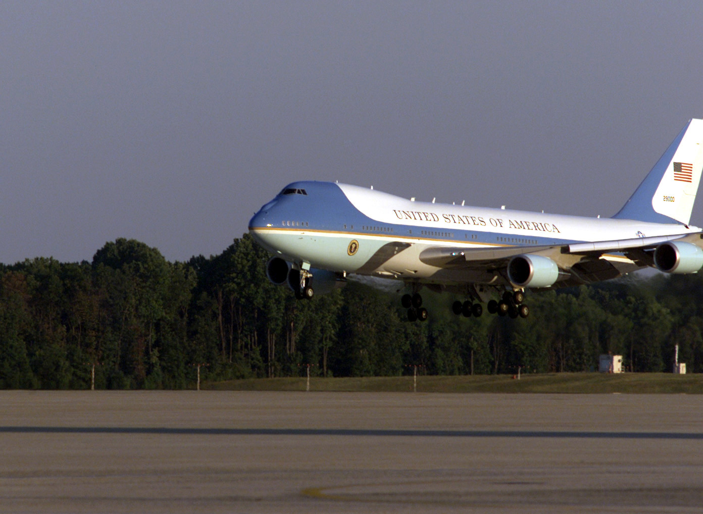 File:Air Force One comes in for a landing at Andrews AFB ... Andrews Afb