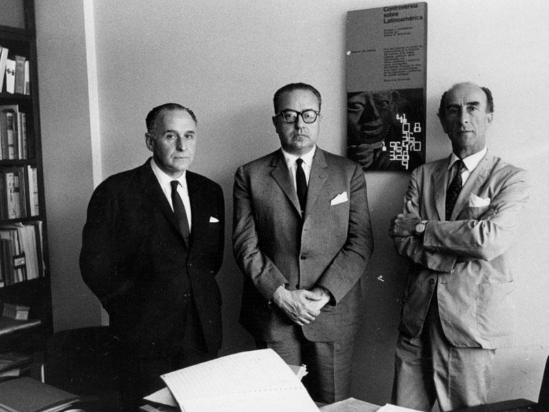 El uruguayo Lauro Ayestarán, Ginastera y el chileno Alfonso Letelier, miembros del primer jurado de becarios, Instituto Di Tella, Buenos Aires, 1962