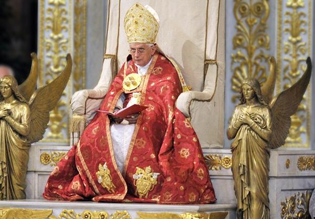 Benedicto con mitra