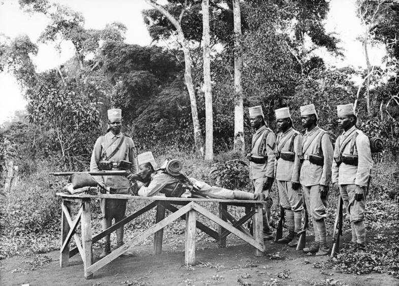 File:Bundesarchiv Bild 105-DOA3049, Deutsch-Ostafrika, Askari beim Übungsschießen.jpg