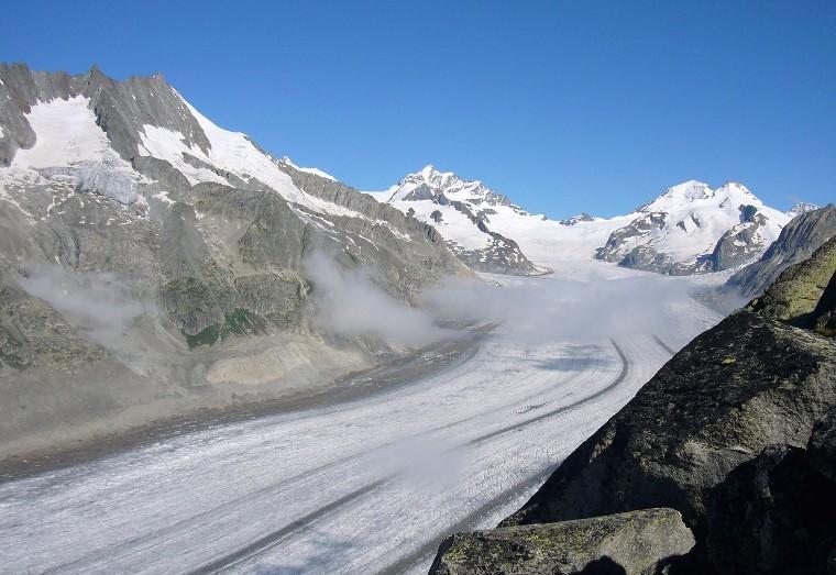 Blick nordwärts auf den Großen Aletschgletscher. Die Bergspitze oberhalb der Bildmitte ist die Jungfrau, rechts davon liegen das Jungfrauenjoch, der Mönch und der nahe Trugberg