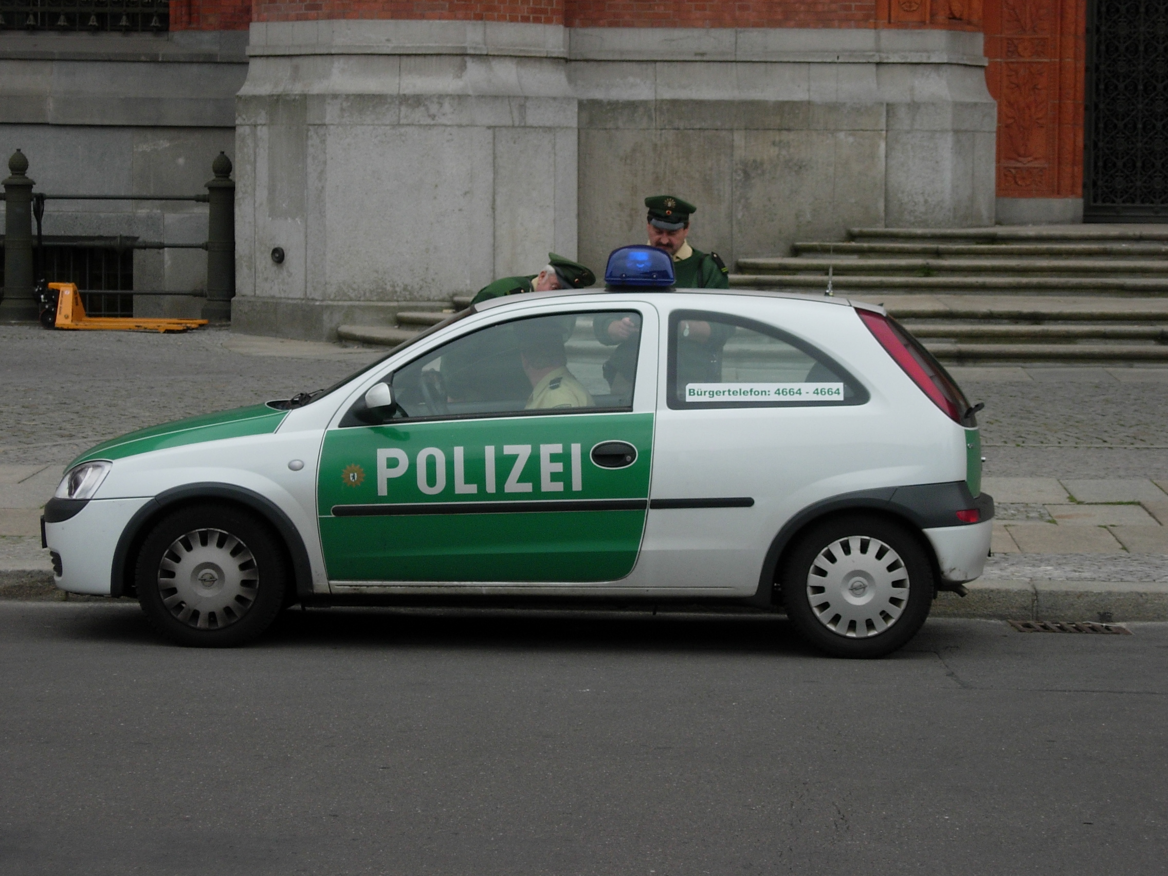 file german police berlin wikimedia commons. Black Bedroom Furniture Sets. Home Design Ideas
