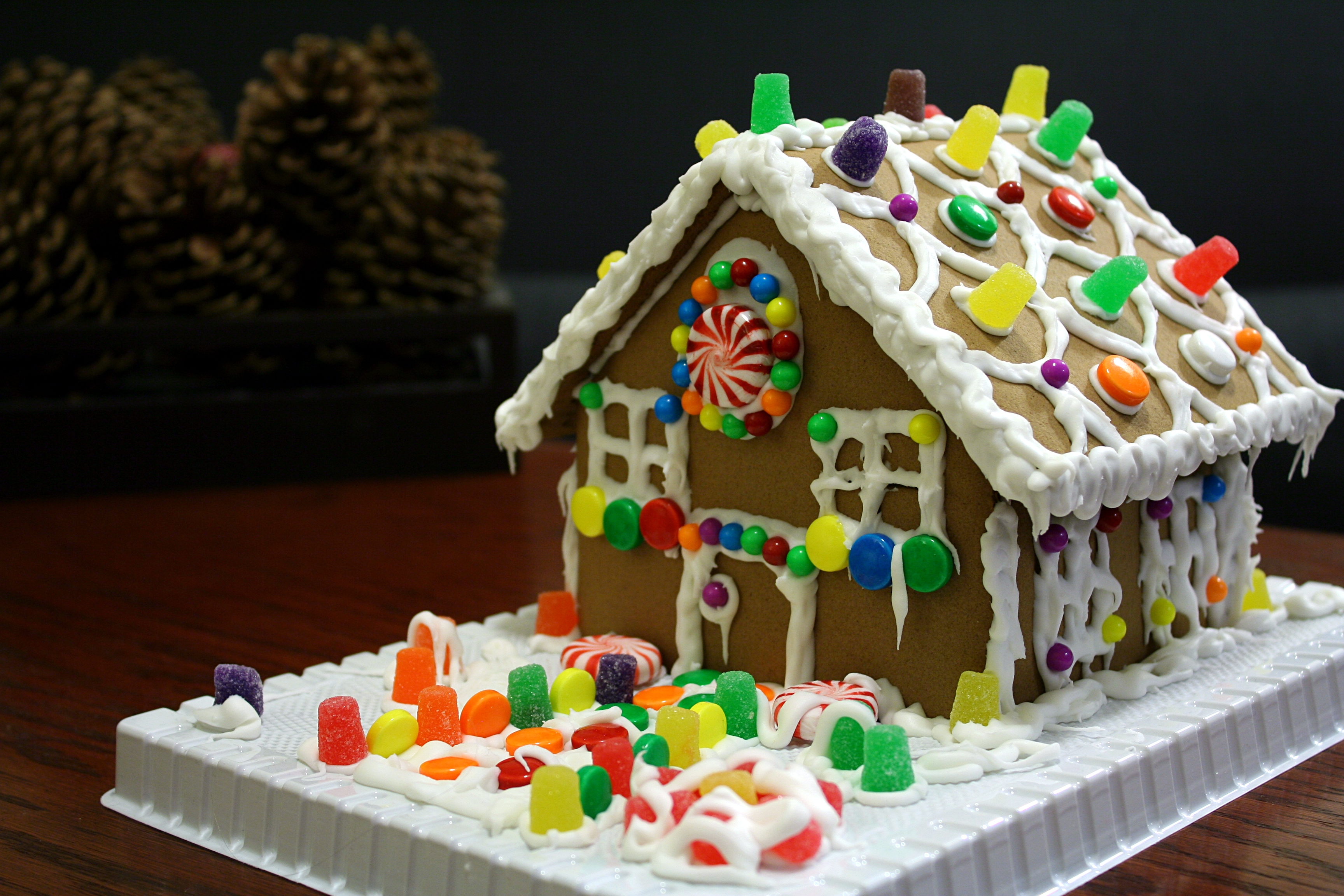 File:Gingerbread house with gumdrops.jpg - Wikimedia Commons